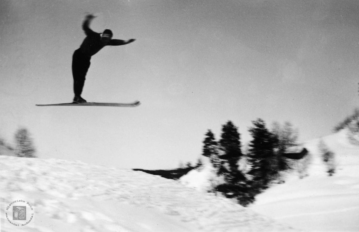 Den unge skihopparen Johan Johansen i svevet. Grindheim Audnedal.