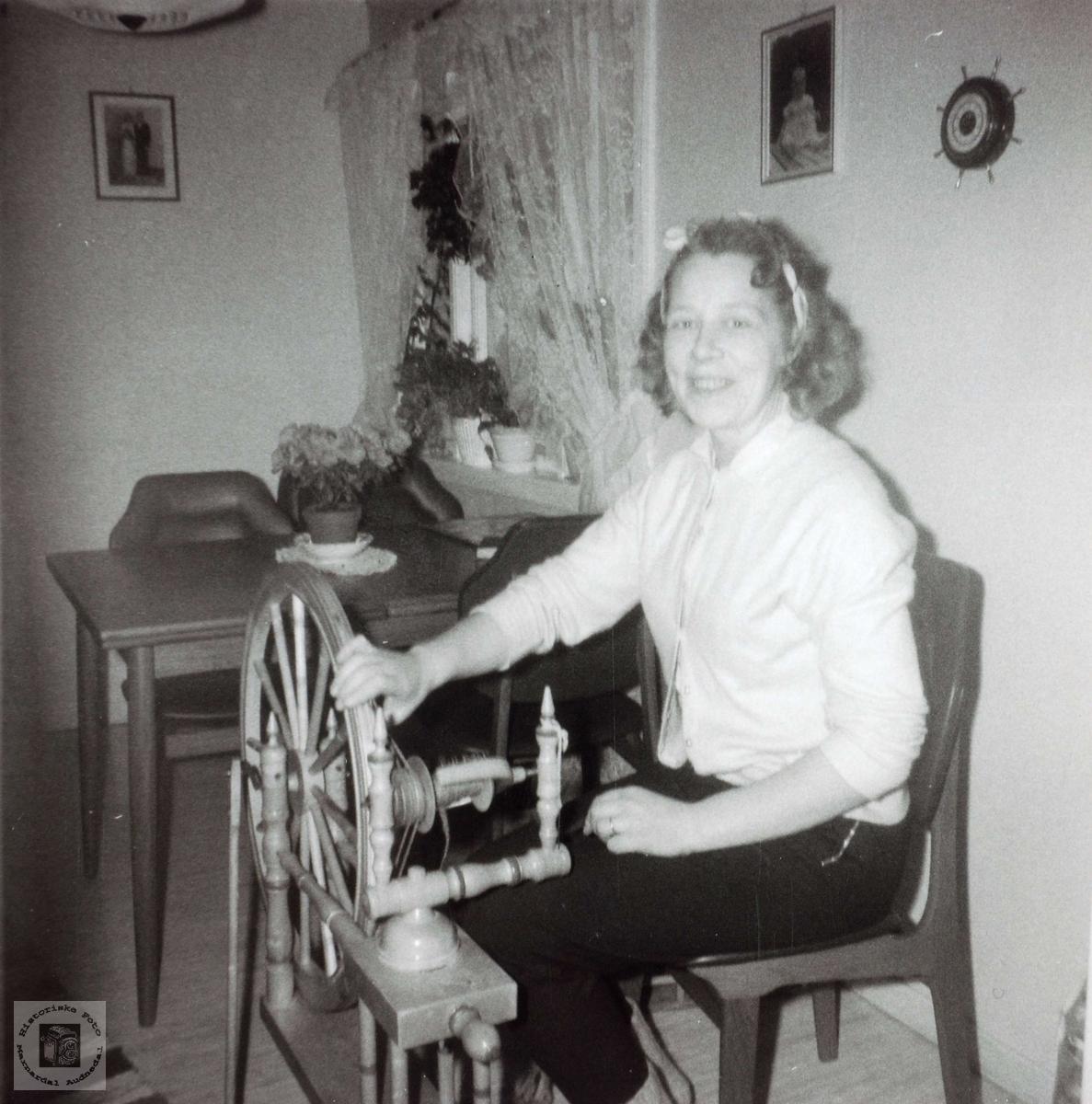 Marit Flottorp lærer å spinne. Audnedal.