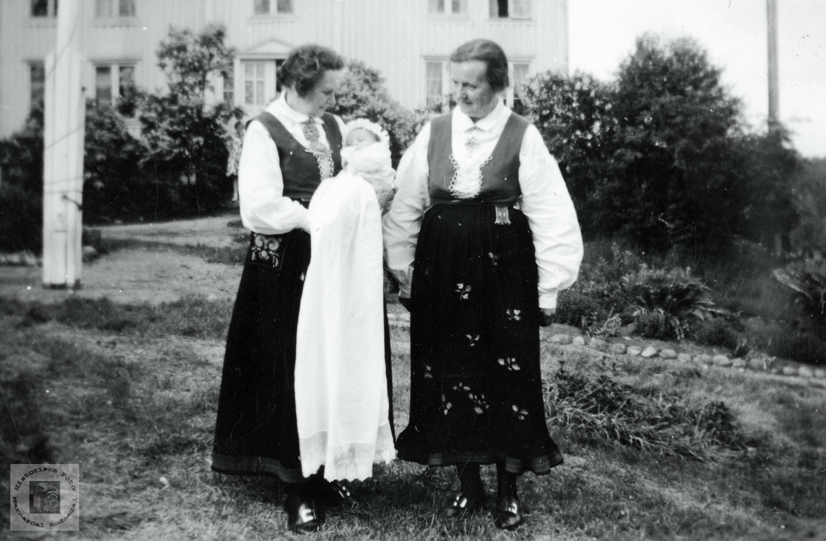 Bestemødrene Theresie Andersen g. Seland og Elen Røynesda. g. Ubostad med dåpsbarnet Elen Theresie Seland g. Østerhus.