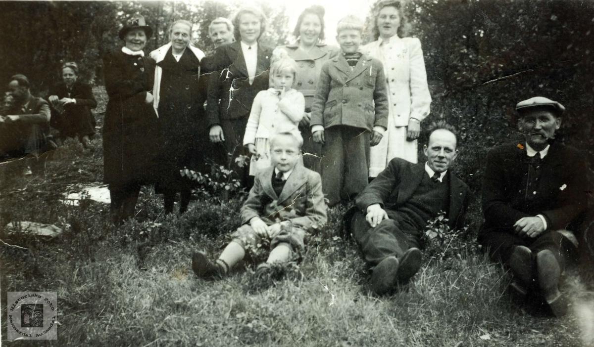 Slekt og venner samlet i Neset på Flottorp. Grindheim Audnedal.