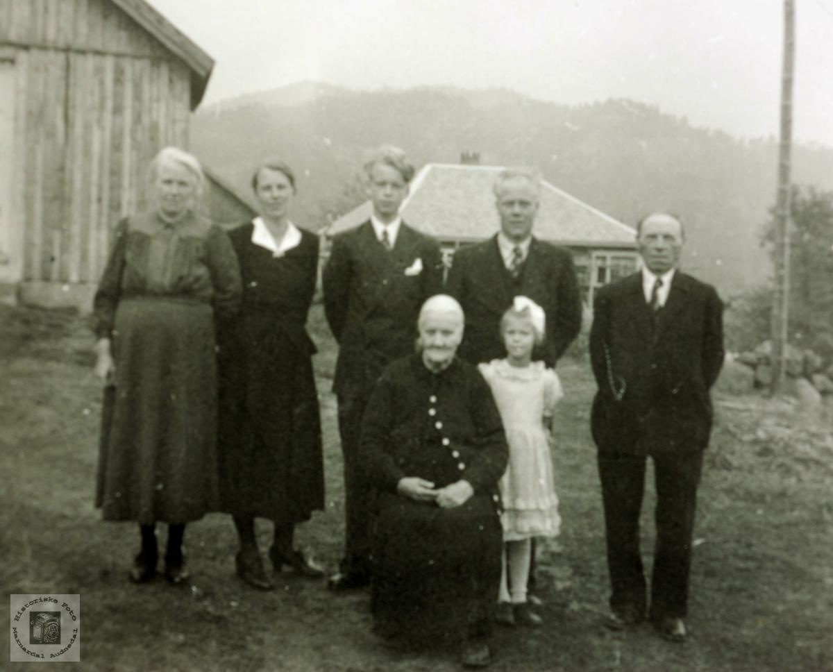 Konfirmant med foreldre og besteforeldre og lillesøster på Flottorp. Grindheim Audnedal.