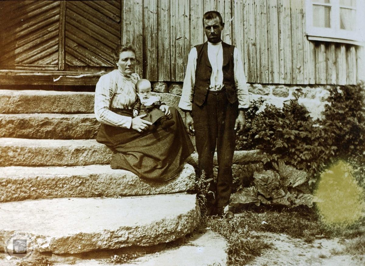 Familieidyll på framtrappa på Øydna. Grindheim Audnedal.