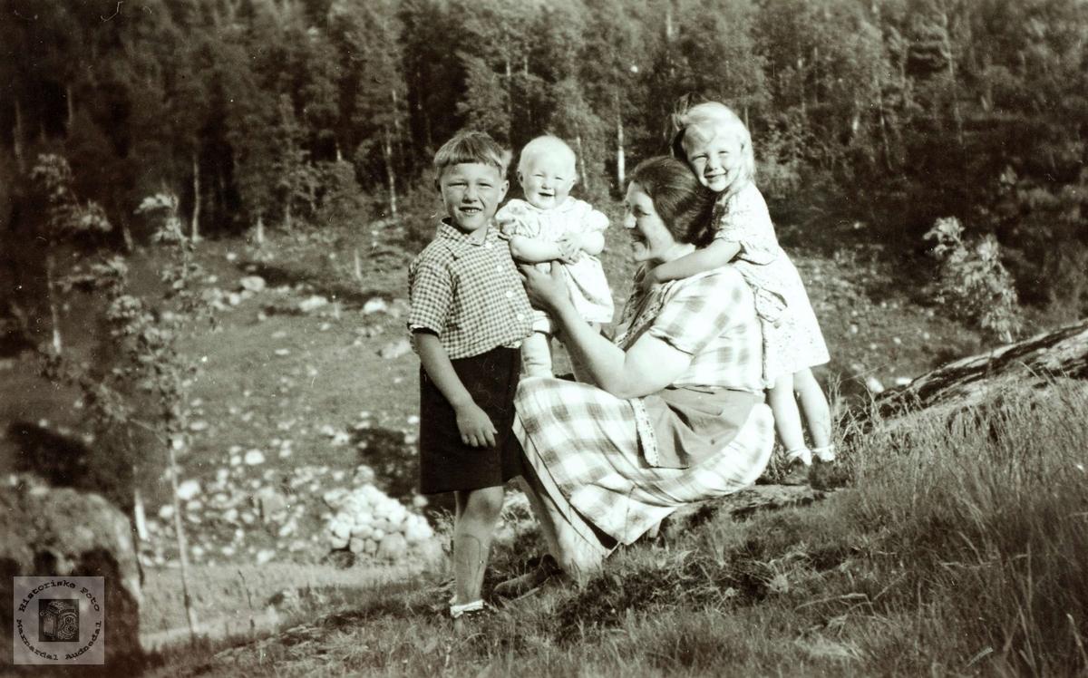 Mor med sine tre eldste rundt seg på Flottorp. Grindheim Audnedal.