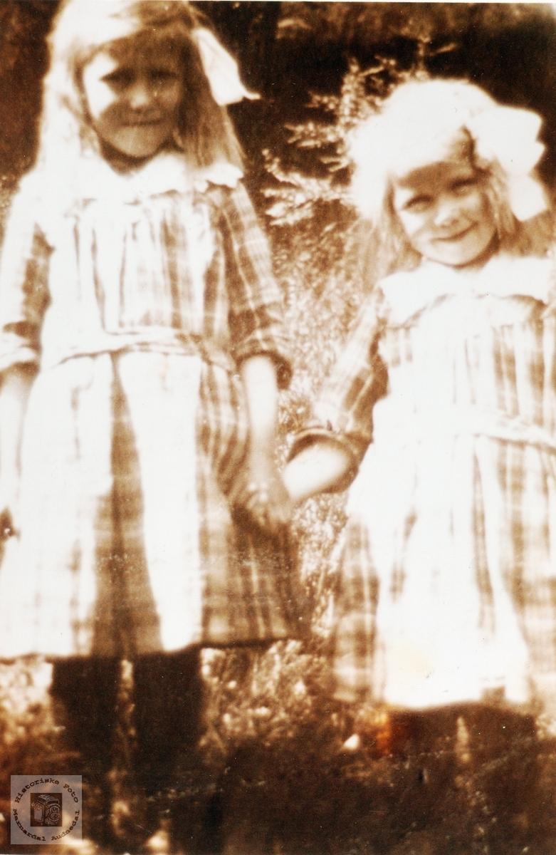 Barneportrett av Ragna og Dagny Risdal. Konsmo Audnedal.