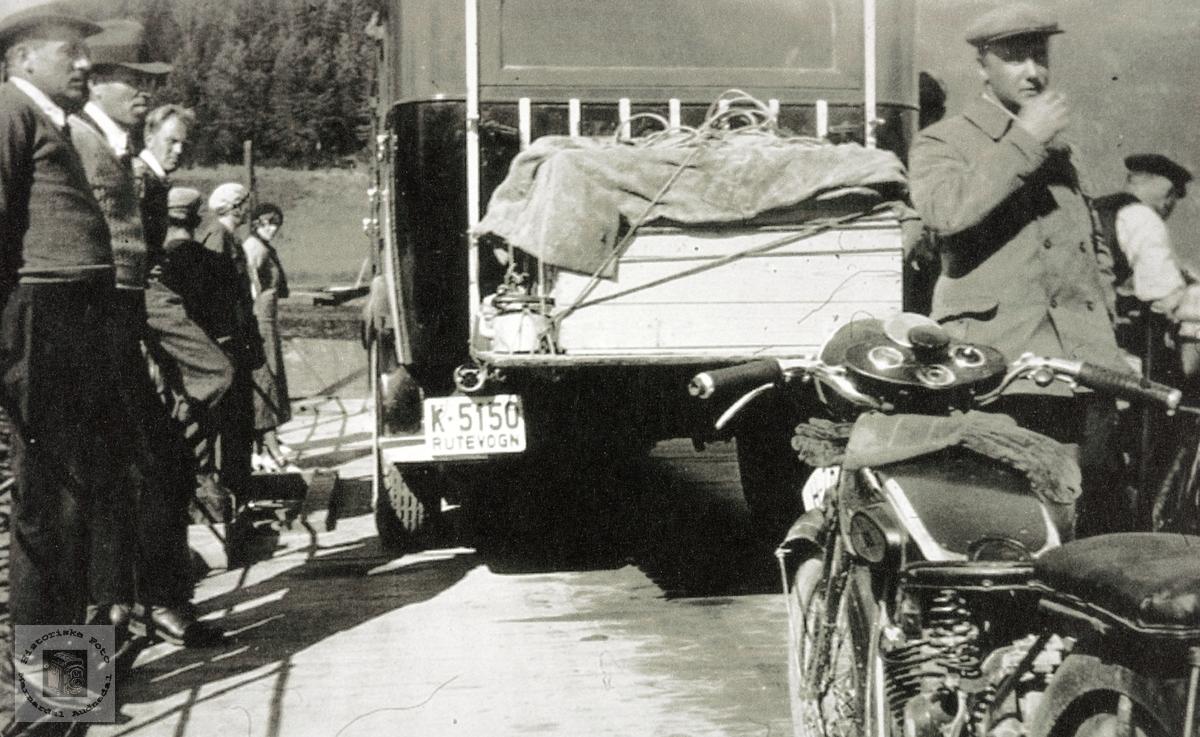 Konsmofolk på tur med ferje, rutevogn og motorsykkel.