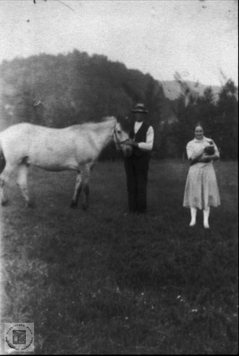 Portrett av Jol og Karen Osmundson og hesten.