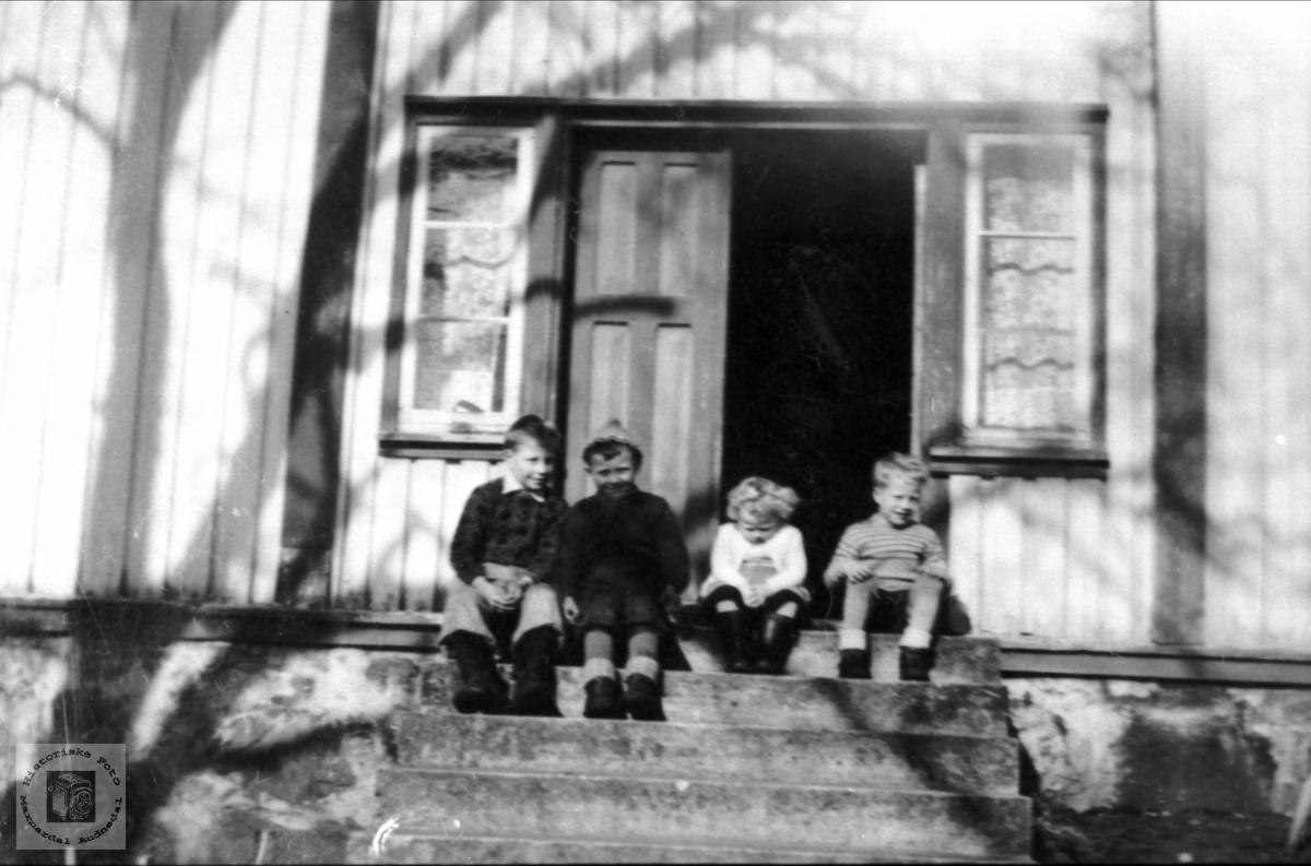 Oddleif hos leikekammeratar på nabogarden på Ågedal i Bjelland, senere Audnedal.