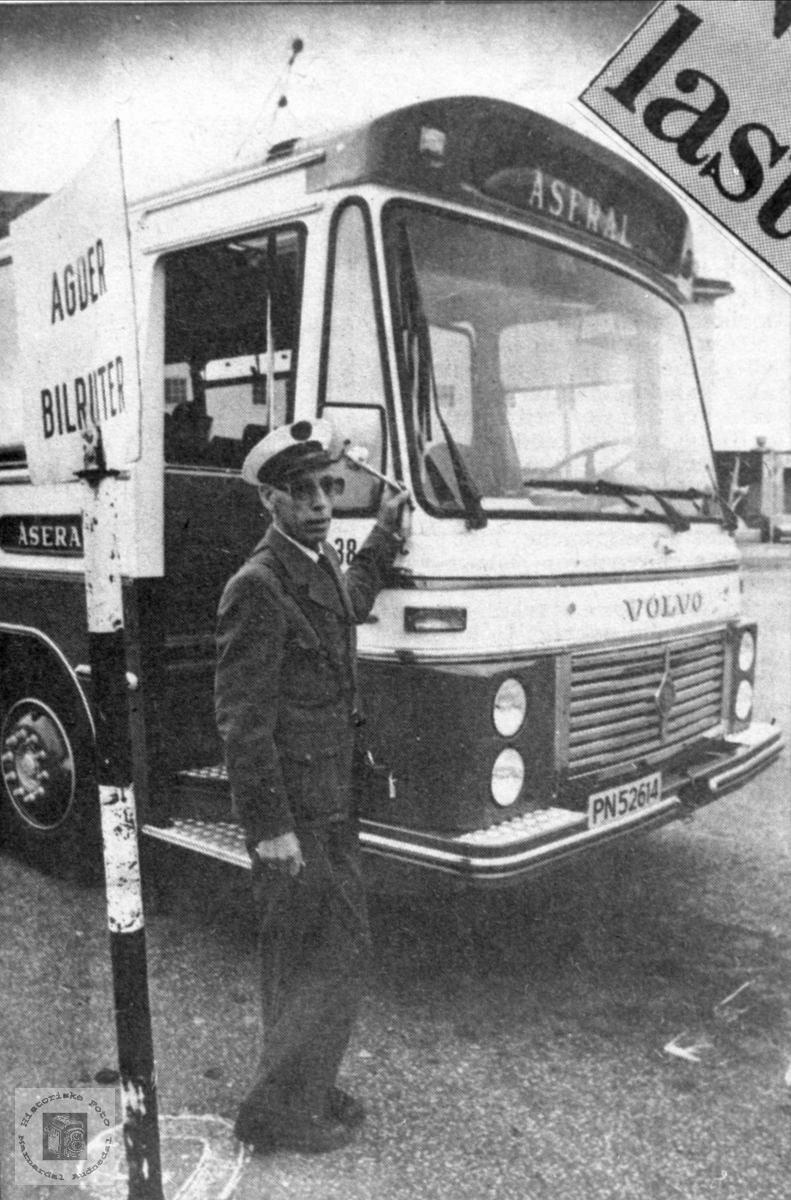 Portrett av sjåfør Torgny Homme, Bjelland med lasteruta på jobb.