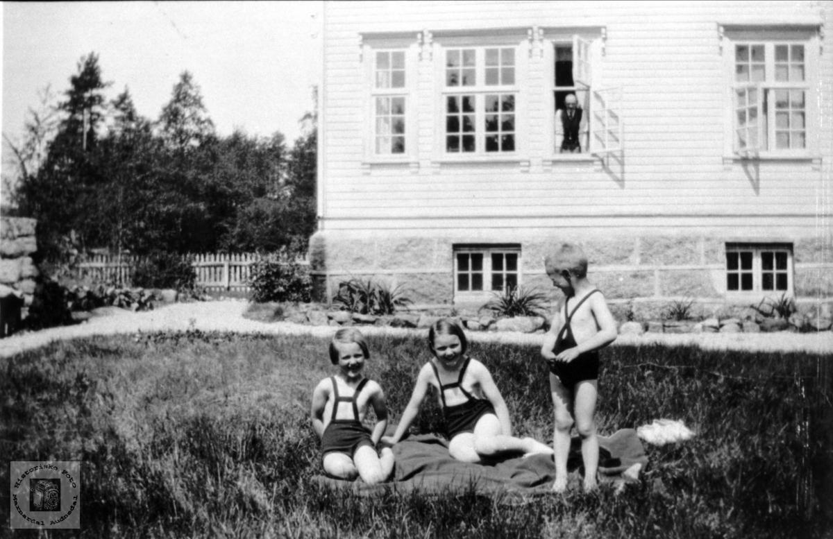 Barn i  doktorhagen, Solheim Laudal.