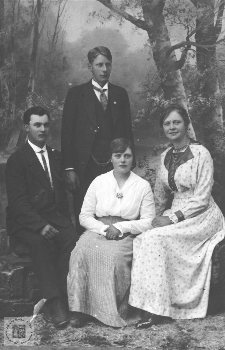 Portrett ar familie med røtter fra Tisland, Regevik, Heddeland og Øyslebø.