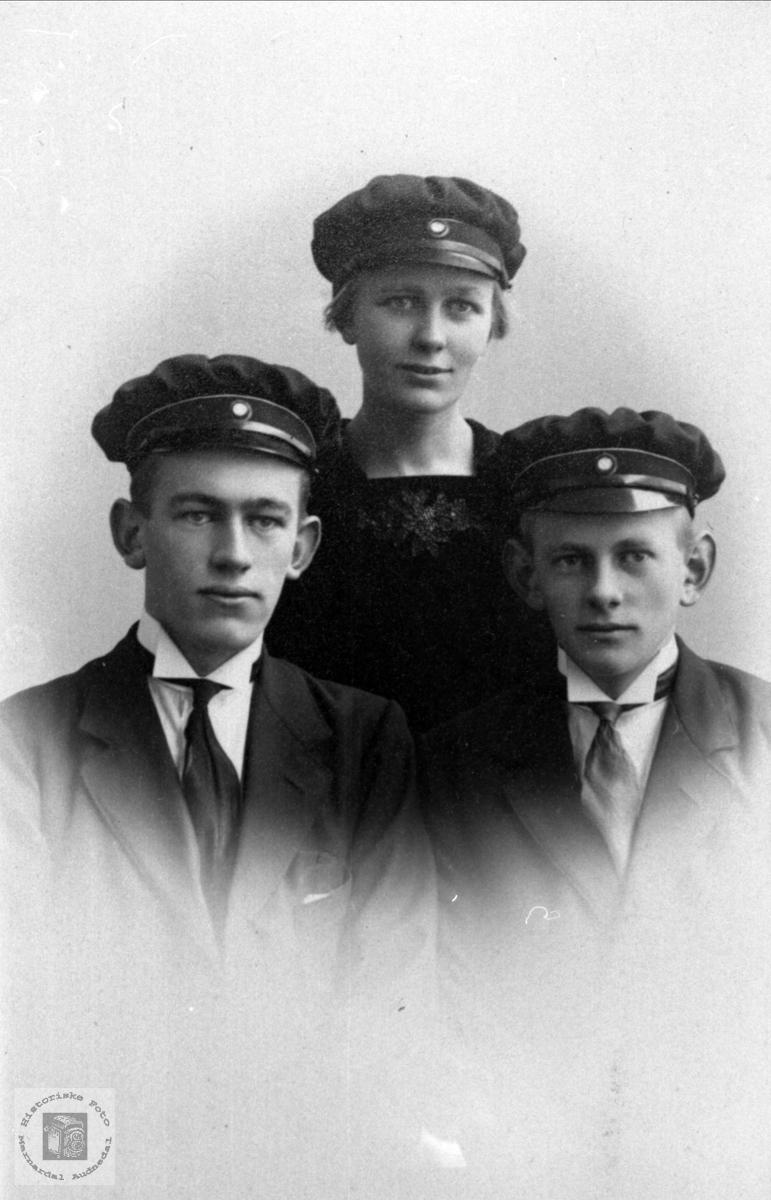 Gruppeportrett av Håkon, Bergliot og Olav Høye, Øyslebø.