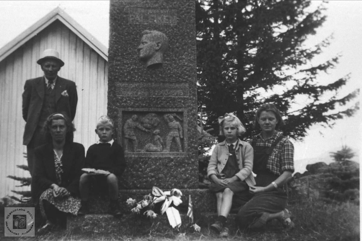 Ved Pål Eiken`s bauta ved Eiken Kirke.