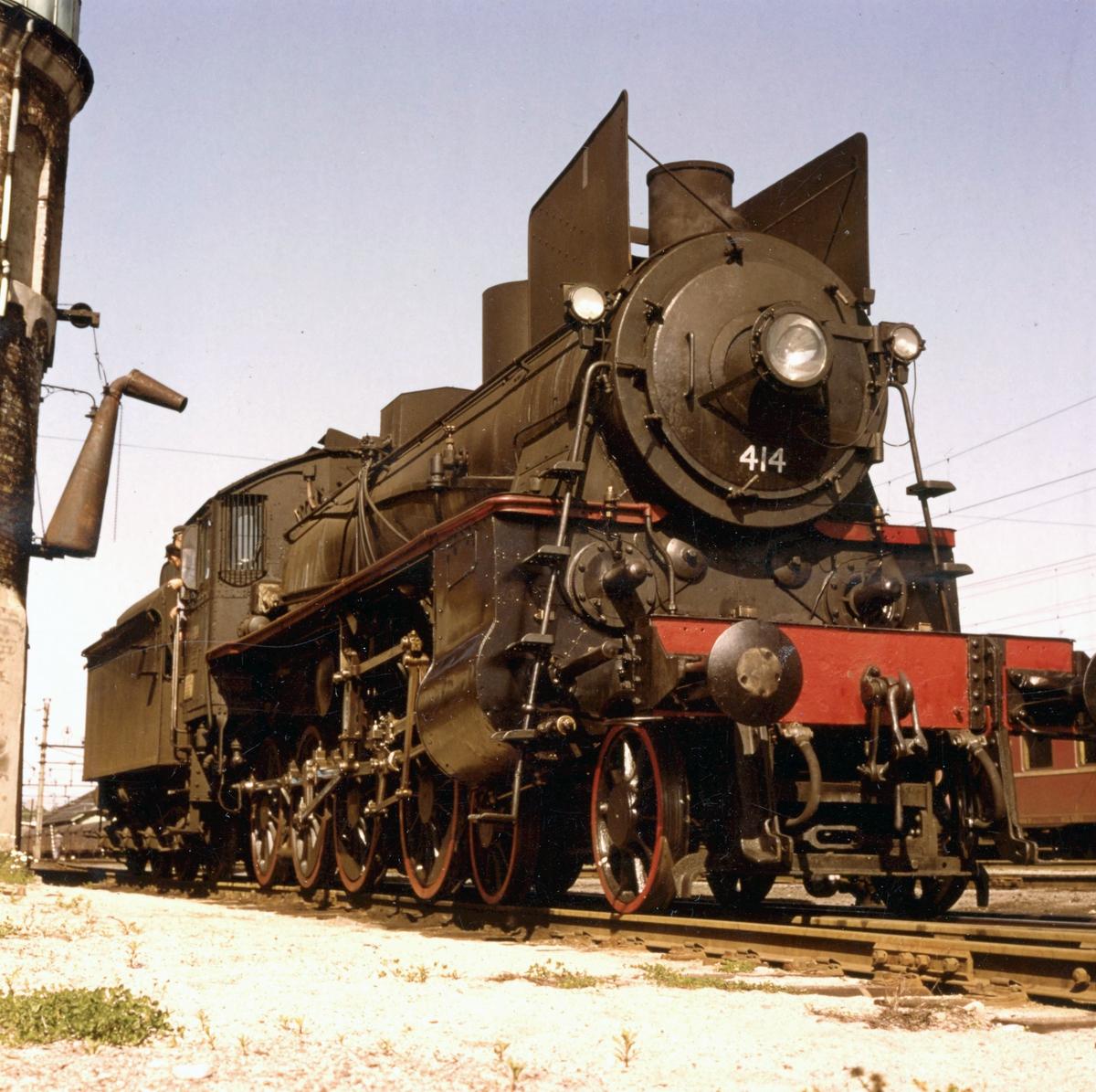 Damplokomotiv 26c nr. 414 ved vanntårnet på Kongsvinger stasjon.