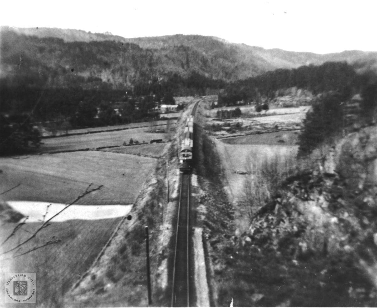 Jernbanen gjennom Heddelandsgarden, Øyslebø.