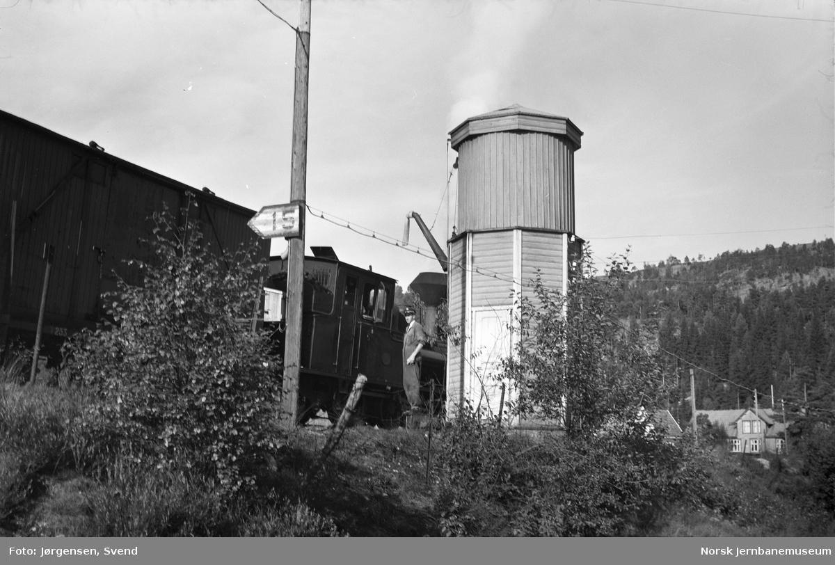 Damplokomotiv nr. 5 tar vann på Røyknes stoppested