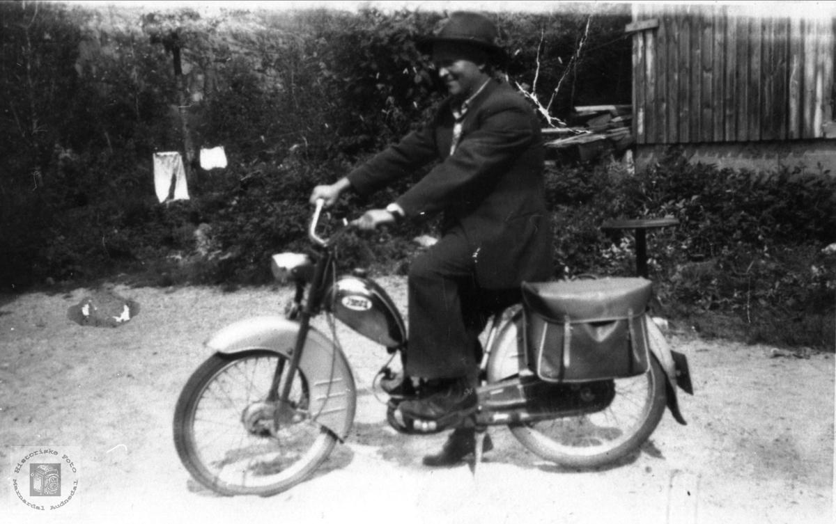 På moped, Sigmund Tjomsland, Øyslebø.