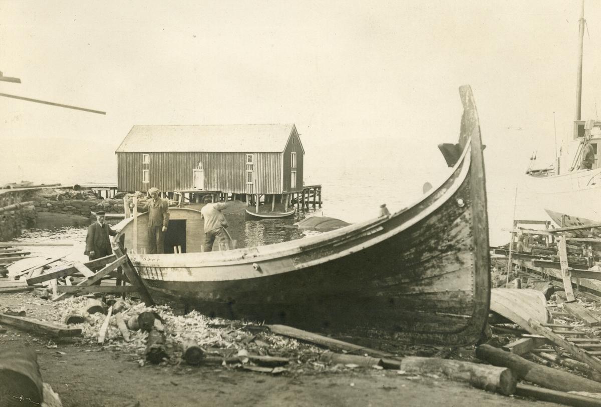 """Den nordlandske Fembøringen """"Opreisningen"""" ble kjøpt som gave av J. L. Tiedemanns Tobaksfabrik til Norsk Folkemuseum. Den ble seilet fra Sandnessjøen til Oslo i juli-august 1927 av kapten Johan Røring. Her slipes den før avreisen fra Sandnessjøen."""