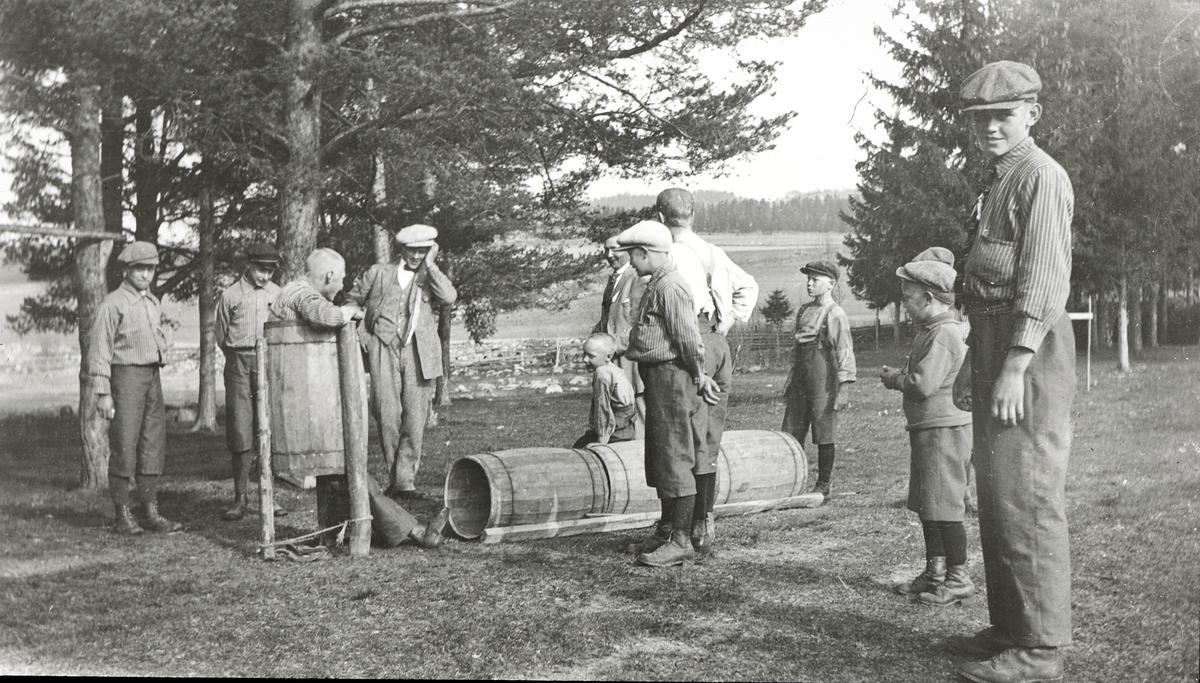 Bilder fra dagliglivet på Toftes Gave, Nedre Sund, Helgøya. Gutter i lek på Skurven.