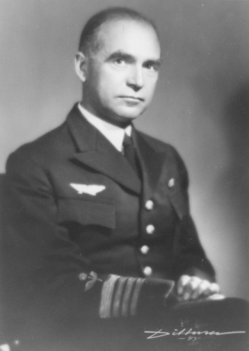 Porträttfotografi av Hugo Svenow, chef för F 2 Roslagens flygflottilj, 1944-1948.