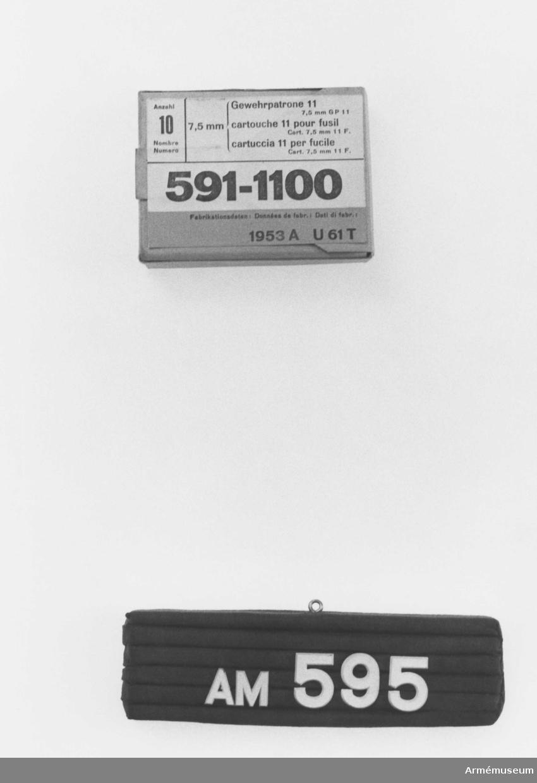För gevärspatroner m/1911, 10 st 7,5 mm. Typbeteckning: 591-1100. Schweizisk gåva.