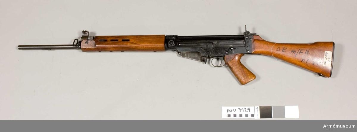 Tillverkningsnr 01.  Märkt AK. FN. 1954 01. Handskydd, pistolgrepp och kolv av trä. Mekanisk eldhastighet ca 700 skott i minuten. Avfyring patronvis eld och automateld.