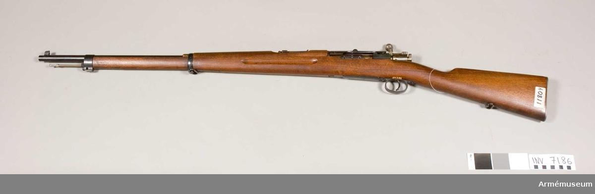 Gevär m/1896. System Mauser. M hållare t kikarsikte.Hållare f kikarsikte tillverkningsnr 1591.Kaliber 6.5 mm. Tillverkningsnr 11804. Märkt G S med en krona.Märkbrickan saknas från kolven. Slutstyckets handtag är böjt nedåt.Samhörande AM 7186 gevär m/1896, AM 7187 kikarsikte m/1941.