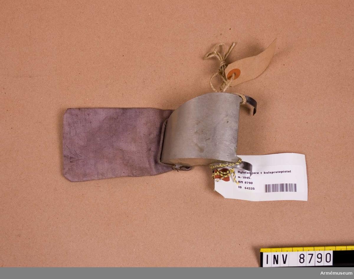 Hylsfångare t kulsprutepistol m/1945. Försöksprototyp 1955.Hylsfångare består av: hylsavledare med klämfjäder och  hylspåse av  väv. Höjd med påse 20 mm.