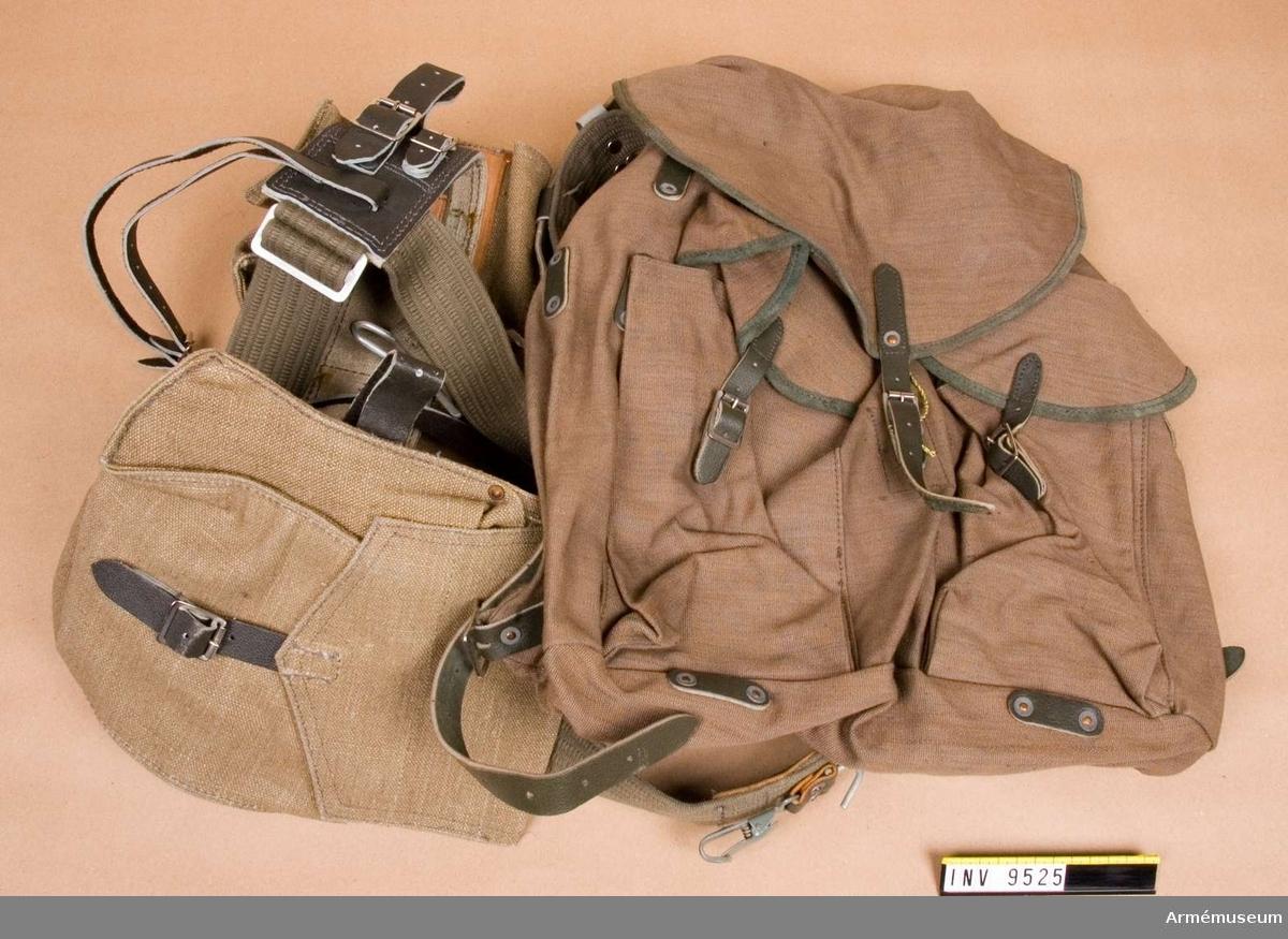 Består av två mindre väskor och ryggsäck. Midjebältet är av läder och cordband. Gåva från FMV.