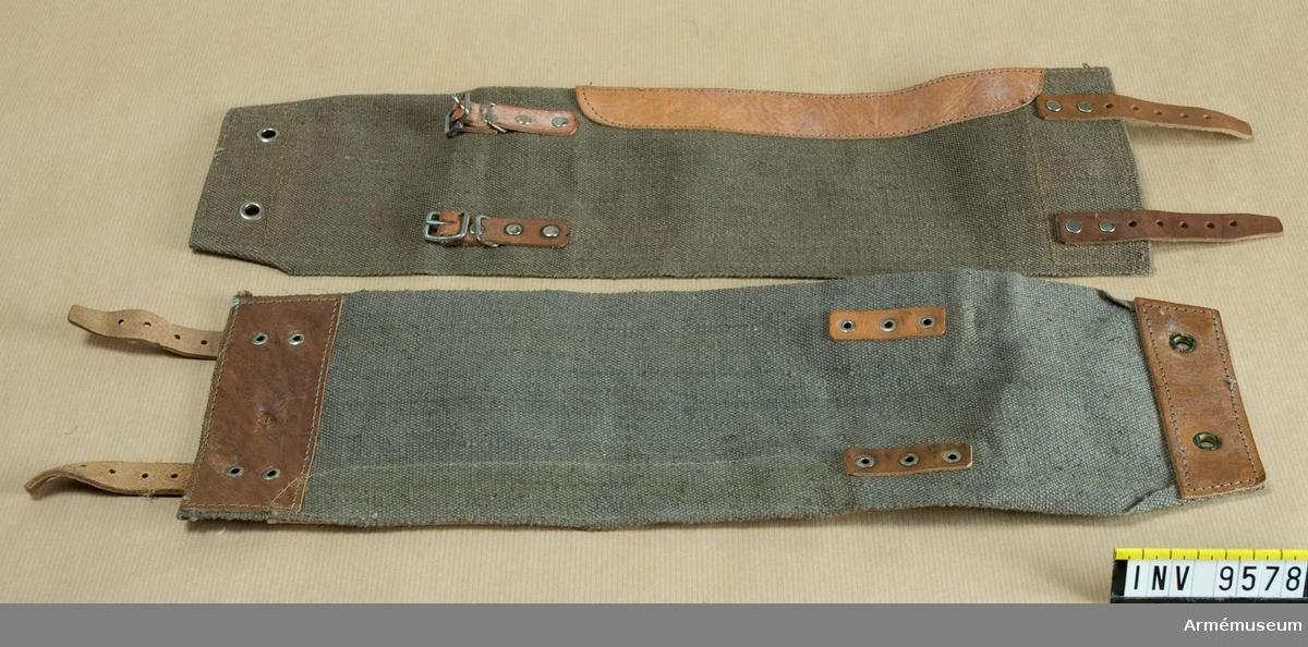 Med remmar och skoning av ljust läder. Tillverkat av impregnerat grovt tyg. Sätts utanpå byxan.