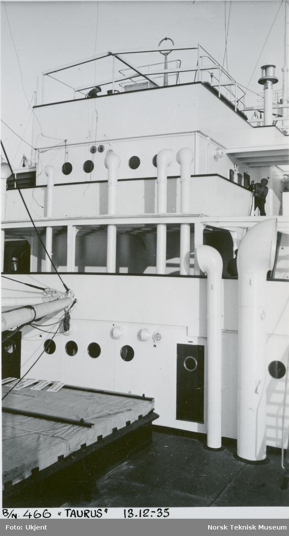 Menn på dekk på passasjer- og lastebåten M/S Taurus, B/N 466, under prøvetur i Oslofjorden 13. desember 1935. Skipet ble levert av Akers Mek. Verksted i 1935 til W. Wilhelmsen, Oslo og Ørsnes (Tønsberg).