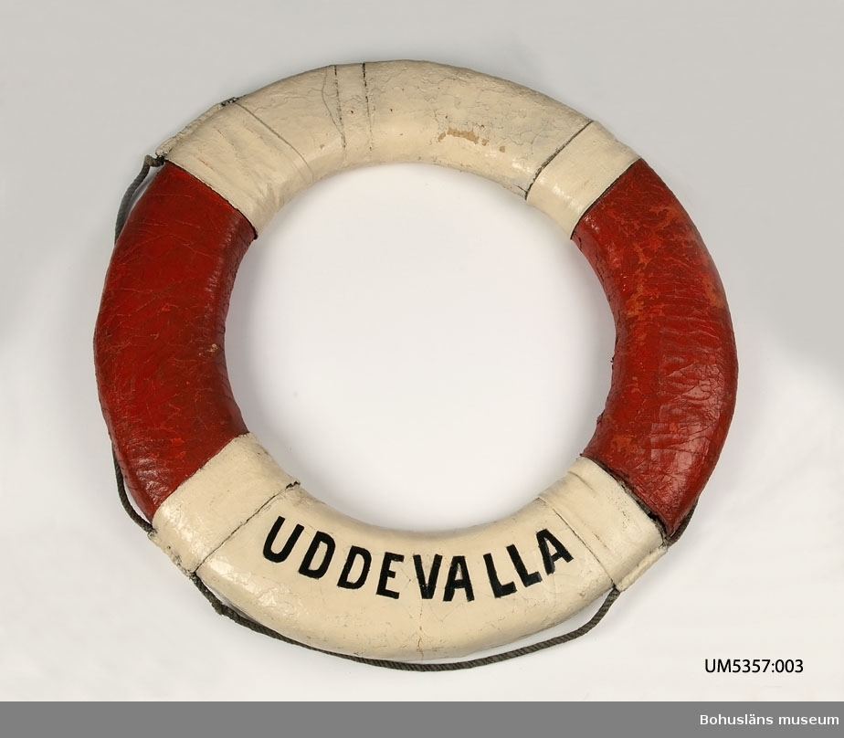 Livboj med texten SS Uddevalla. En av tre livbojar som tillhört Ångbåts AB Bohuslänska Kusten och köptes in till Uddevalla museum i samband med företagets auktion 1950. Livbojarna hade tidigare samma inventarienummer.  Ur handskrivna katalogen 1957-1958: Tre livbojar, S/S Borgila, S/S Valborg, S/S Uddevalla def. Yttre diam: 80-73. Vit och rödmålade. Föremålen hela.  Bohuslänska Kusten AB Lappkatalog: 46