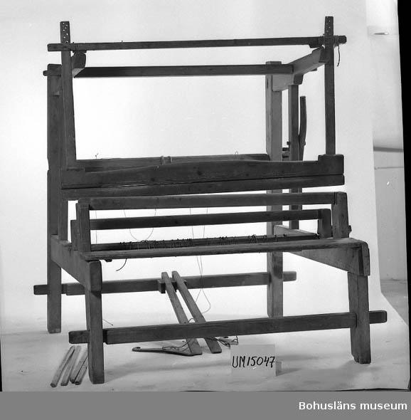 Vävstol, vanlig. I stort sett fastsatt med trätappar i delar. Använd av givarens mor och mormor på Bokenäset.