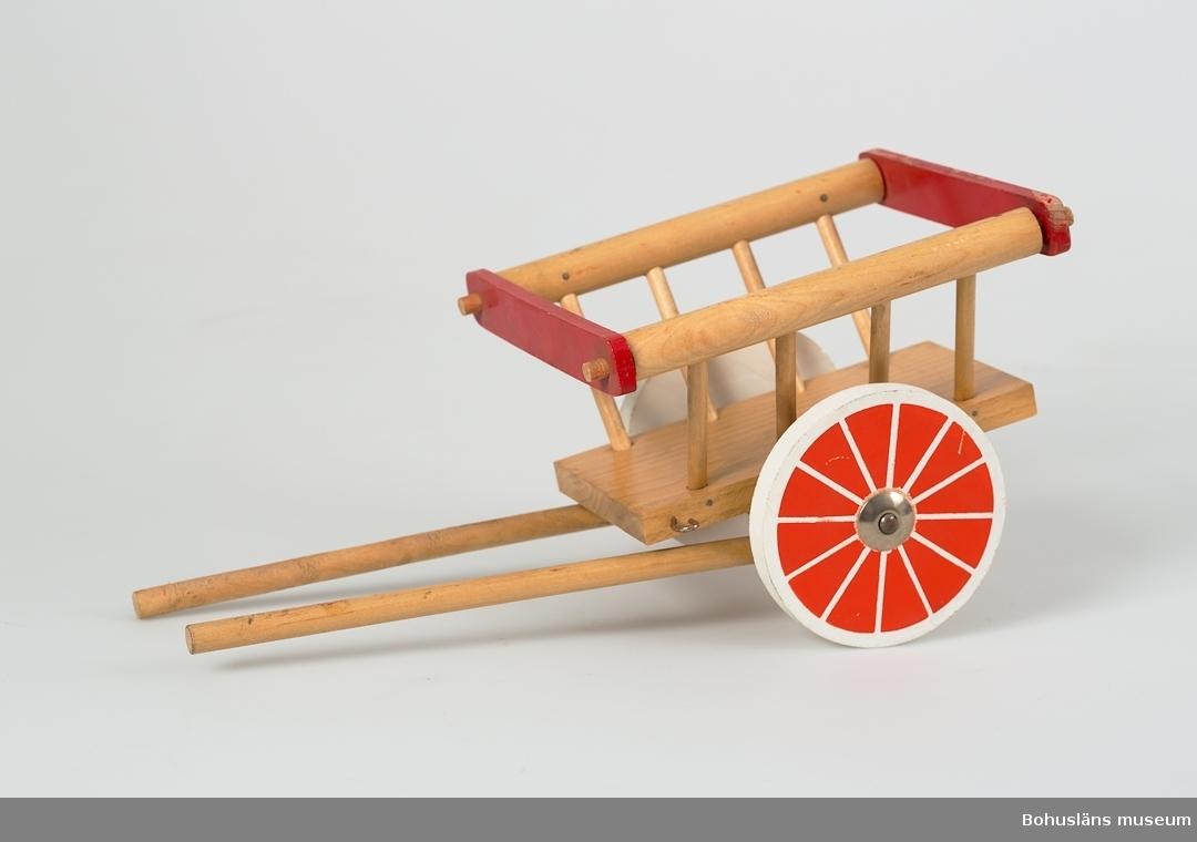 Tvåhjulig vagn med skaklar.