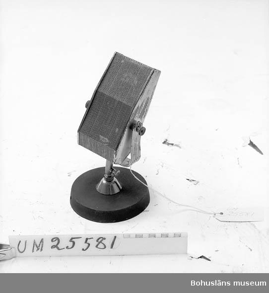 594 Landskap BOHUSLÄN 503 Kön MAN  Stål- och järnmikrofon i mässingsställ på svart gjutjärnsställ. Personuppgifter och fakta om ljudsamlingen se UM25572