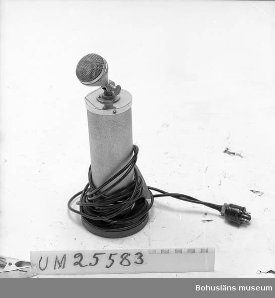 594 Landskap BOHUSLÄN 503 Kön MAN 394 Landskap BOHUSLÄN  Brukarens egen tillverkning. Mikrofon med cylinderformad förstärkare.  Monterad på träplatta. Personuppgifter och fakta om ljudsamlingen se UM25572