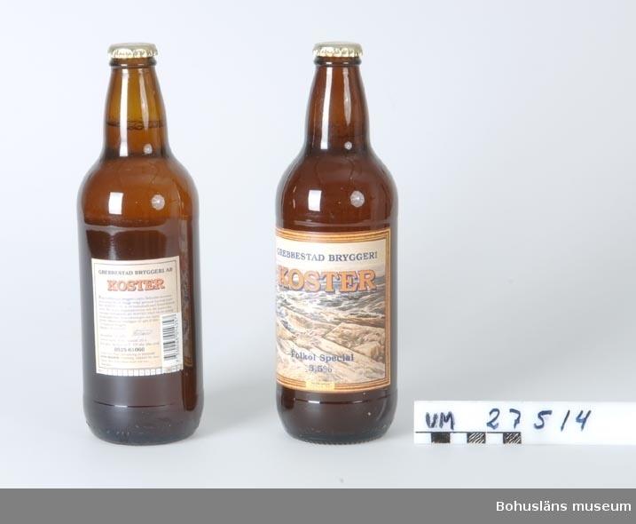 412 Tillstånd vid förvärv: Obegagnat   Kosteröl Kosterölen tillverkas av Grebbestad Bryggeri och har en styrka på 3,5 volymprocent. Bohusläns museum köpte ölen i Sydkosters Livs 16 januari 2001.  Föremålet visades i utställningen Moderna skärgårdsbor på Bohusläns museum 2002. Utställningstext: Kosteröl En kall öl till kvällssillen eller köttbllarna, eller när familjen väl har kommit in till gästhamnen. Många köper Kosteröl för att den smakar gott. Men många köper också ölen som souvenir att ta hem efter semestern. Det är med ölförsäljningen som med kusten i övrigt - här finns en dominerande julisäsong. Försäljningen beror också på hur vädret är, en kall öl är fint för varma sommarkvällar. I somras när Kosterölen tog slut, blev många av båtsemesterfirarna besvikna. Grebbestad Bryggeri - är et lokalt företag. 1996 sattes den första brygden och nu har man försäljning från Svinesund i norr till Göteborg i söder. När smakar en Kosteröl bäst? Hvergang på Koster!  Telefonsamtal med Stefan Niklasson 2 februari 2001: Stefan driver Sydkosters Livs sedan 1 april 1987 tillsammans med sin fru Siw. De tog då över affären HGs Livs (Henning Gustavsson) som funnits sedan 1950-talet. Det var då en Konsumbutik. På den tiden fanns det ytterligare en livsmedelsaffär, Axel Nilssons i gamla telegrafen.  Sydkosters Livs har sålt Kosteröl i c:a 5 år. Under år 2000 såldes 2300 flaskor i affären och ytterligare 250 serverade i glas i caféet.   Många köper Kosterölen för att den smakar gott, säger Stefan men tillägger att det är många som köper ölen som en souvenir att ta med hem efter semestern eller bjuda gäster på.  Affären för även Granit- en annan sort från Grebbestad Bryggeri. Den har en lägre alkoholhalt, 2,8 volymprocent och säljs i mindre omfattning. Den smakar bättre som starköl, säger Stefan.  Sydkosters Livs är utlämningsställe för Systembolaget. Kosterölen finns även som starköl och Stefan berättar att han förmedlar en del men har inte tillgång till någon statistik. Det händer att