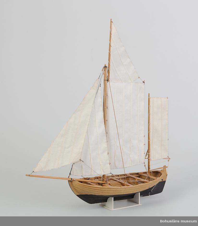 Modell av kåg, rundgattad klinkbyggd öppen segelbåt, vanligen ca 20 fot lång. Riggad med sprisegel, toppsegel, fock, klyvare samt mesansegel (råsegel).