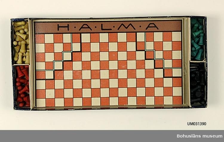 """Sällskapsspel i  mörkt blå platt kartong med klistrad etikett med text i jugendstil: HALMA;  Underdelen med fyra fack för svarvade spelpjäser i trä, svarta, gröna, röda och gula. Bottnen märkt  med blyerts ' ABRAHAMSON' i jugendstil. Lockets insida med blyertsanteckningar:  Abrahamson Halma 15 gröna 15 röda 19 gula 19 svarta Fastklistrad instruktion för hur Halmaspelet skall spelas. """"Halma-spel för 2 personer. Hvar medspelare väljer sin färg och ställer upp sina figurer på de 19 rutor, som bilda ett hörn. De spelandes mål är att flytta hvar och en sina figurer över på motstånaderns rutor."""" etc. Inuti kartongen två vikta spelplaner, den ena med en spelplan på varje sida. Den ena planen är indelad i 16 x 16 rutor.  Halma är ett sällskapsspel som uppfanns på 1880-talet av en amerikansk plastikkirurg. Halma betyder """"Hoppa"""" på grekiska.  Föremålet har använts av familjen Abrahamson i deras sommarstuga i Sundsandvik, byggd 1939. För ytterligare upplysningar om förvärvet, se UM031385."""