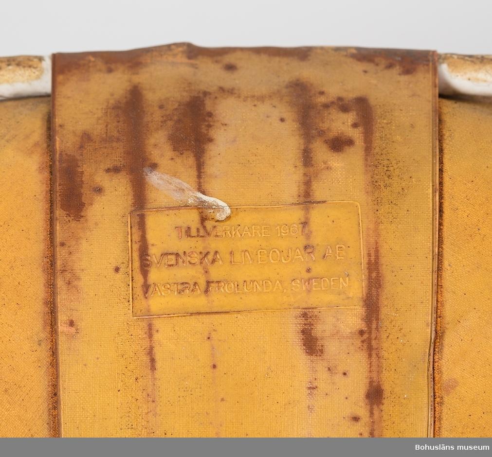 Hästskoformad livboj eller frälsarkrans klädd med orange plastad väv. Längs ytterkanten löper en plastad säkerhetslina. Flytelement troligen av frigolit. Märkt med ingjuten text: TILLVERKARE 1967 SVENSKA LIVBOJAR AB VÄSTRA FRÖLUNDA SWEDEN