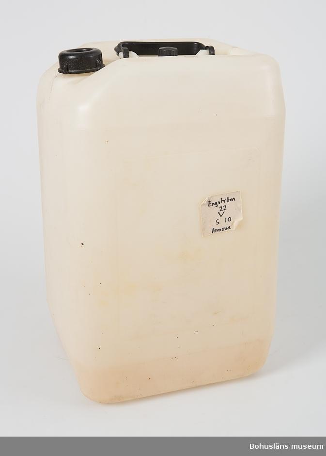 """Vattendunk av plast för sötvatten. Volym: 25 liter.  Vit med svart handtag och två vridkorkar.  På ena kortsidan ingjuten text: """"S J"""". På motstående sida klisteretikett med handskriven text: """"Engström 22 V s 10 Annova"""
