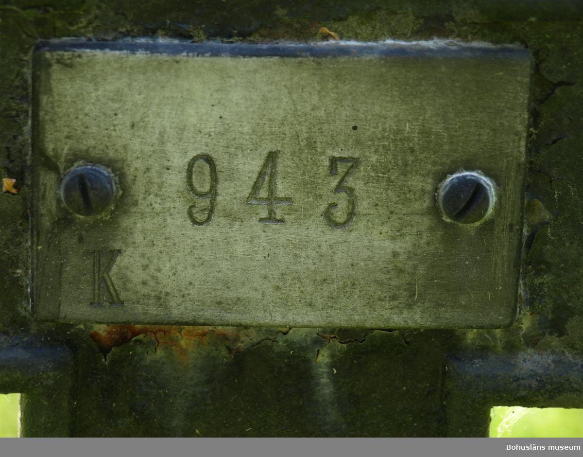 """På begravningsplatsens järnkors finns en skylt med ett nummer och en bokstav, """"K"""" för kvinna, «M» för man. Foto: Bodil Andersson, Østfoldmuseene/Halden historiske Samlinger."""