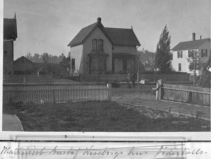"Text på kortet: ""Maskinist Gustaf Wessbergs hus. Södertullsgatan""."