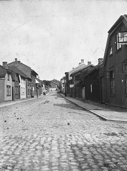 """Enligt notering: """"Asplundsgatan, Uddevalla, österut från Södra Drottninggatan, omkr. 1910""""."""
