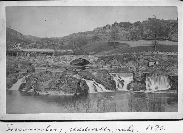 """Text på kortet: """"Fossumbron, Uddevalla, omkr. 1870""""."""