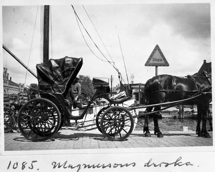 "Text på kortet: ""1085. Magnussons droska""."