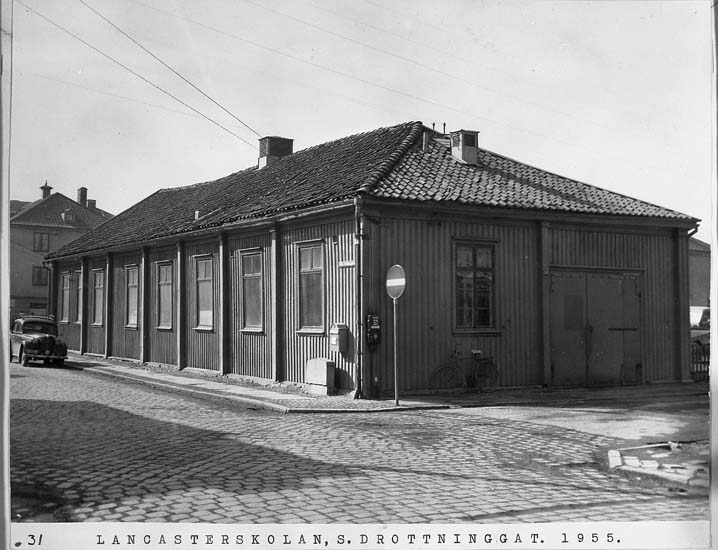"""Text på kortet: """"Lancasterskolan, S. Drottninggat. 1955""""."""