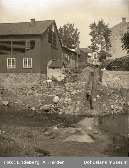 Rörläggare vid kvarteret Garvaren, Östergatan mot ån, tagna av byggnadschefen?  Ing. A.H Lindeberg.