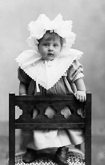 """Stämpel på framsidan: """"Falk, Karlshamn, Filial: Hoby."""" Inpräglar på fotot: """"1903."""""""