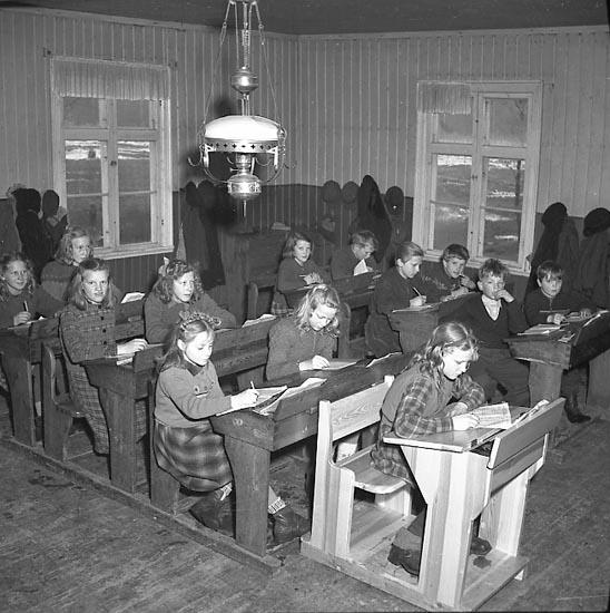 Elever i skolsal på landsbygden år 1947
