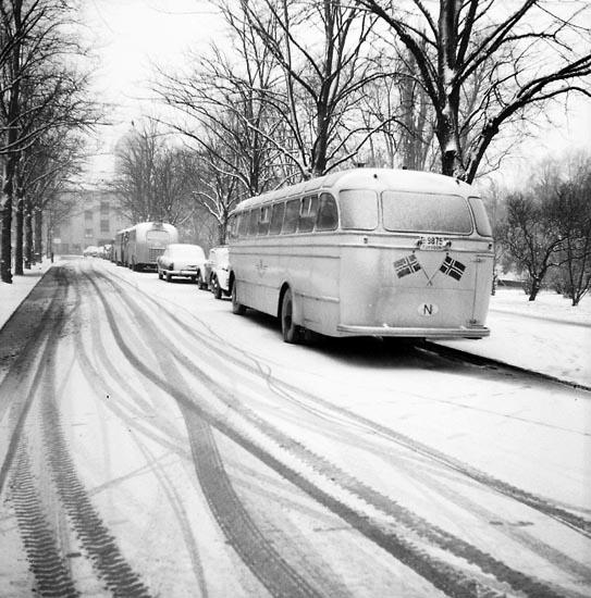 """Enligt notering: """"Norska bussar. Parkeringsplatsen Lotsarnas kolhage 9-4-55""""."""